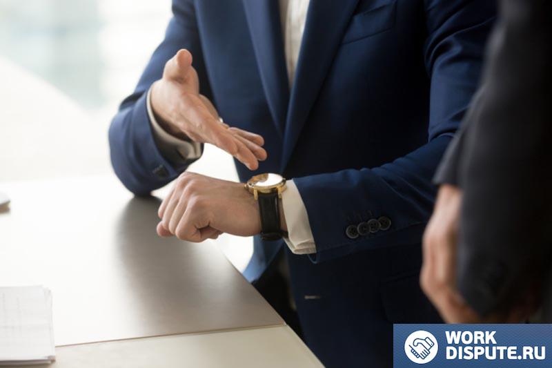 человек указывающий рукой на часы